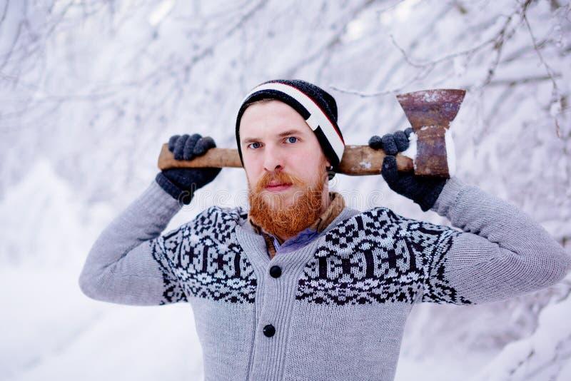 伐木工人在多雪的冬天森林里 库存图片