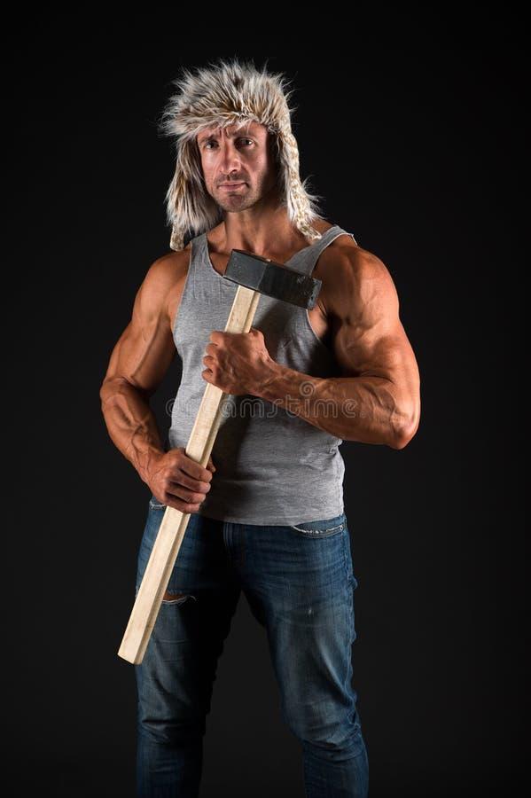 伐木工人樵夫性感的赤裸肌肉躯干 人残酷可爱的人 轴住在森林并熟悉森林的人设备 人残酷性感 免版税图库摄影
