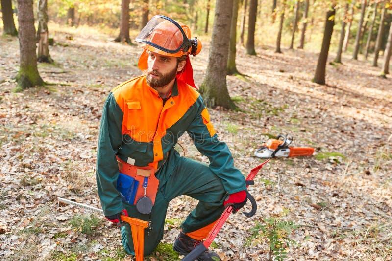 伐木工人防护服装的和有工具的 免版税库存照片
