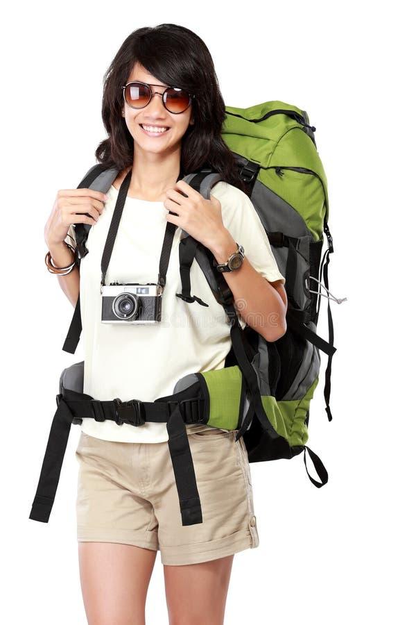 去休假愉快的年轻女性的背包徒步旅行者 免版税库存照片