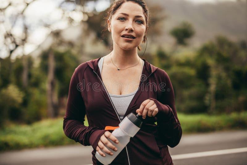 休假的母赛跑者在锻炼以后 图库摄影
