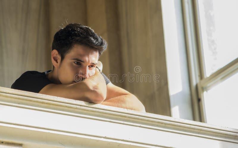 休息与在楼梯栏杆的头的年轻人 库存图片