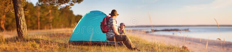休息与帐篷的家庭本质上在日落 库存图片