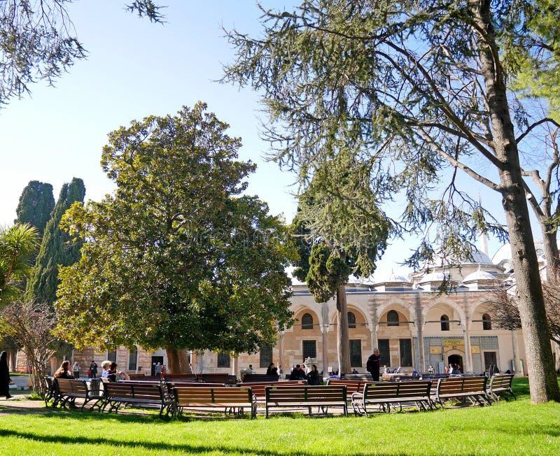 休息区在Topkapi宫殿,伊斯坦布尔,土耳其庭院里  库存图片