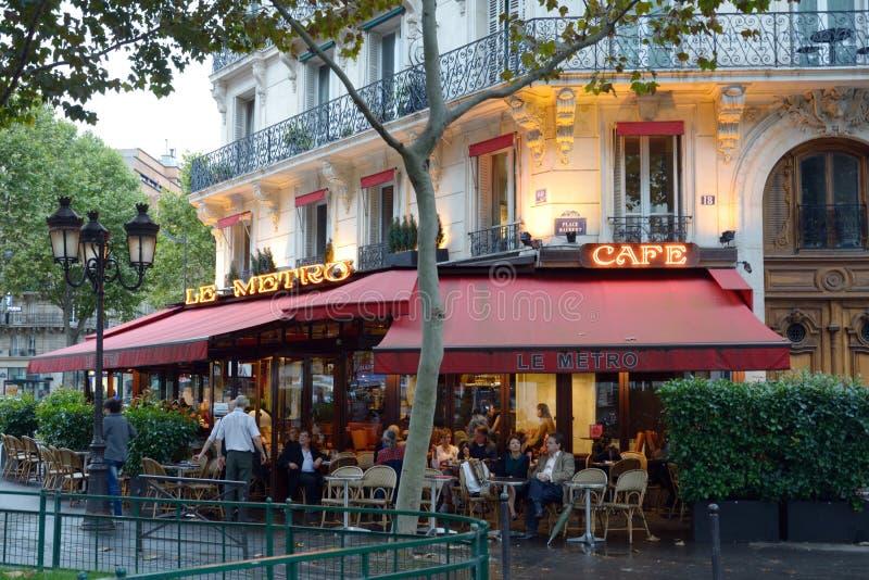 休息在一个街道咖啡馆的人们在巴黎,法国 免版税库存图片