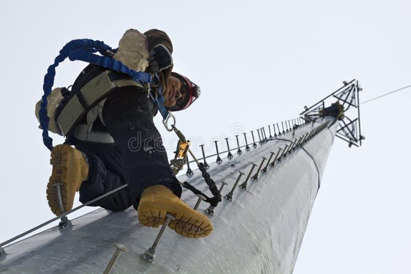 休息在上升中间的登山人 库存照片