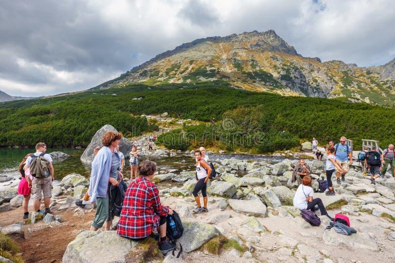 休息在五个湖谷在高Tatra山, P的一次远足以后的人 免版税库存照片