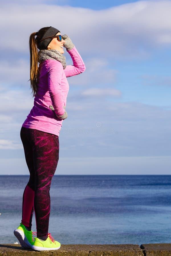 休息在做以后的妇女在冷的天炫耀户外 库存图片