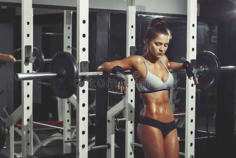 休息在健身房的健身妇女 免版税库存照片