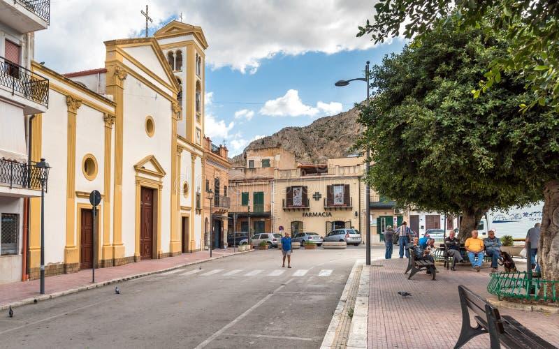 休息在公园的人们在主教堂附近在海岛妇女或伊索拉德莱费姆米内,Palerm省的中心  免版税图库摄影