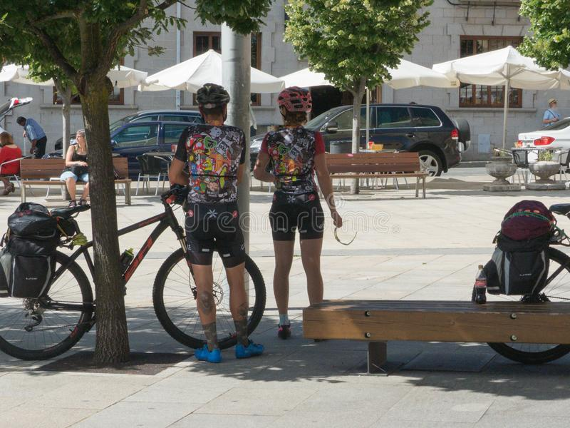 休息在公园的骑自行车者 免版税库存图片