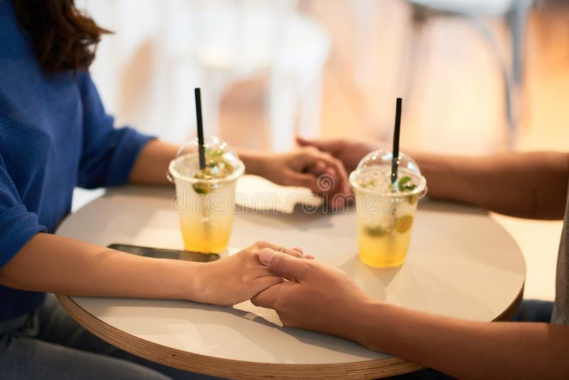 休息在咖啡馆的夫妇 免版税库存照片