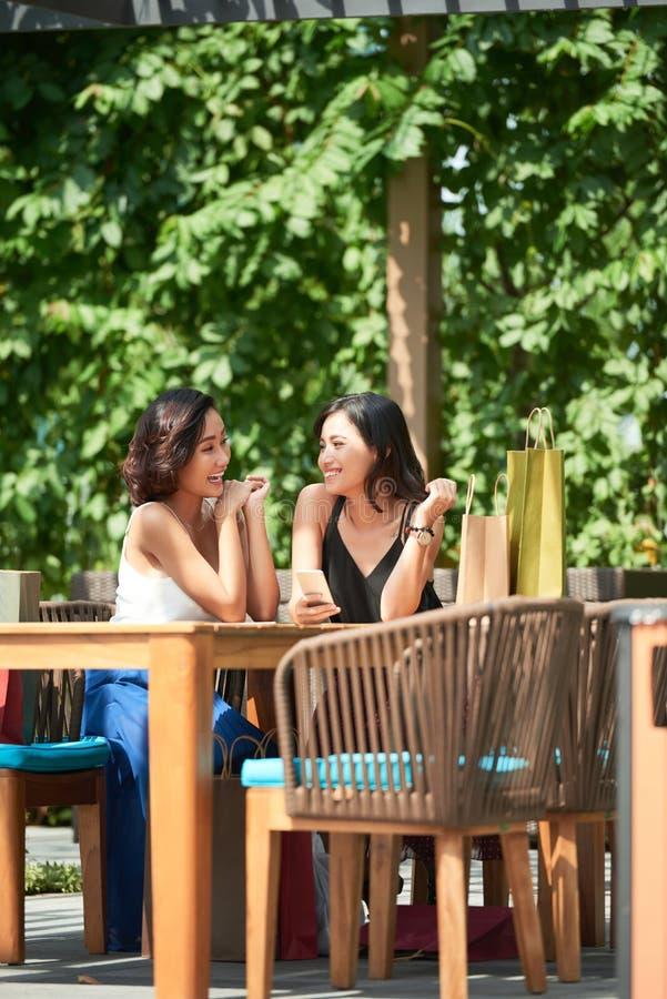 休息在咖啡馆的女性朋友 免版税库存照片