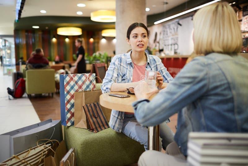 休息在咖啡馆的妇女在购物以后 库存图片