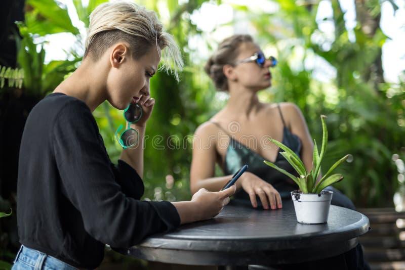 休息在咖啡馆的妇女 免版税图库摄影