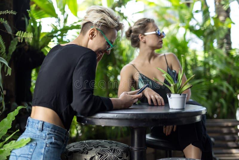 休息在咖啡馆的妇女 图库摄影