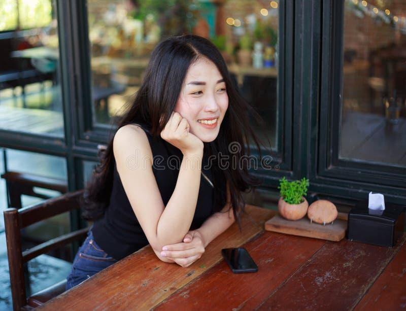 休息在咖啡馆的美丽的妇女 库存照片