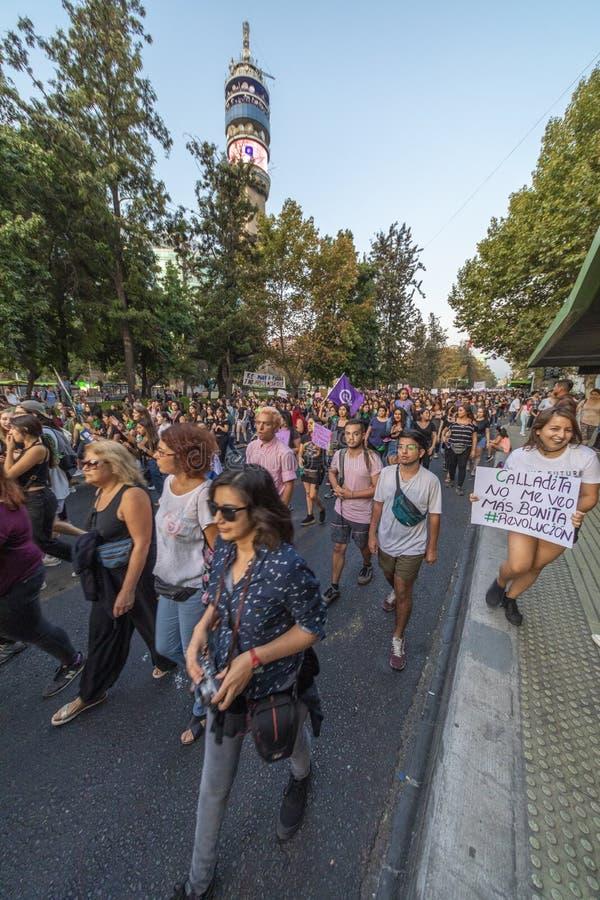 休息在圣地亚哥de智利的妇女抗议者在8M国际妇女天期间 免版税库存照片