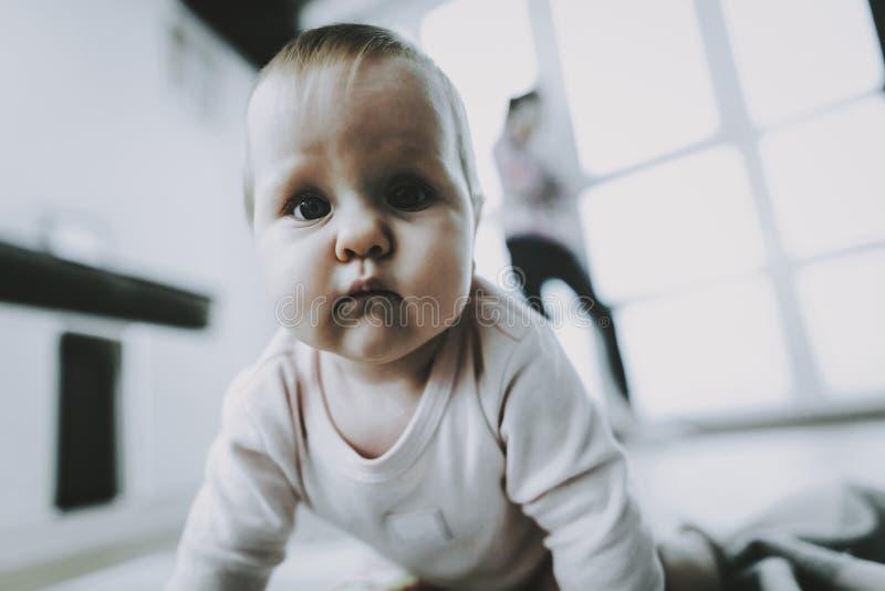休息在客厅的逗人喜爱的婴孩画象 图库摄影