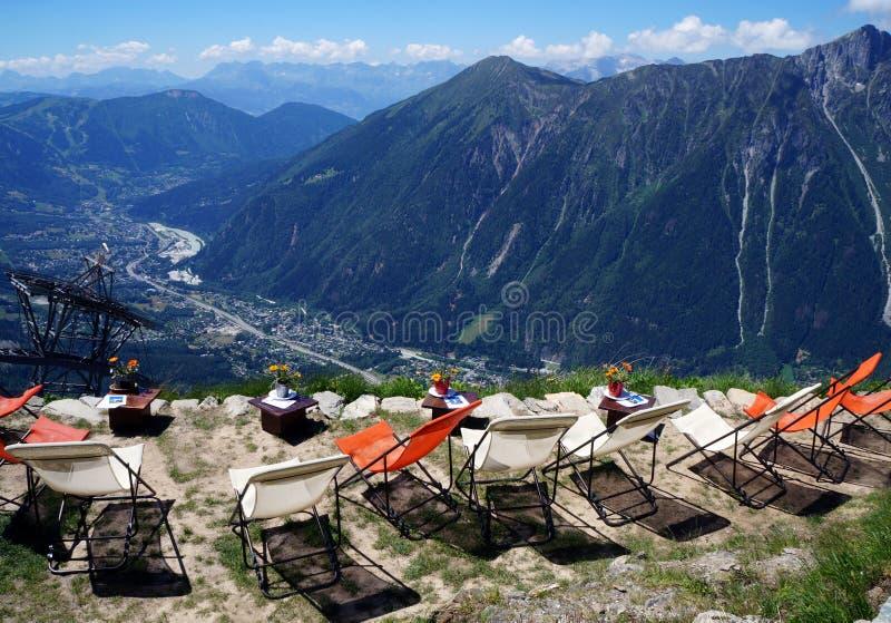 休息在山的椅子在夏慕尼谷上 库存图片