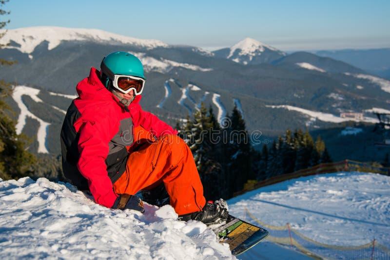 休息在山顶部的挡雪板 库存照片
