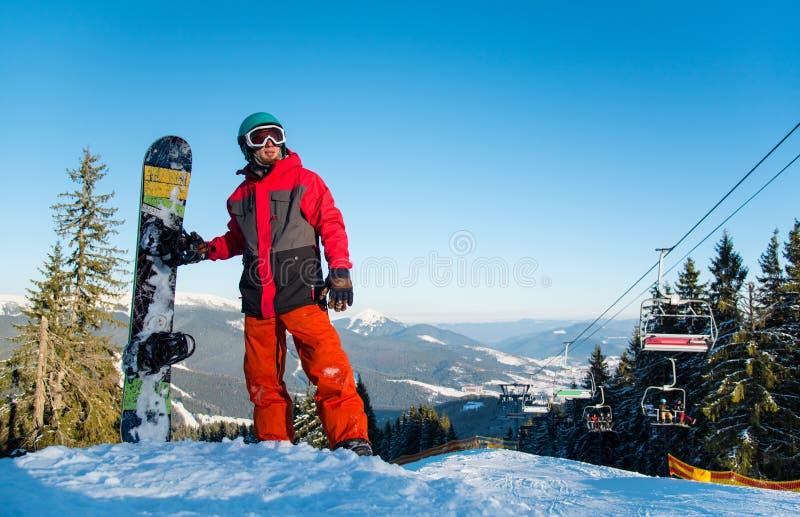 休息在山顶部的挡雪板 免版税库存照片