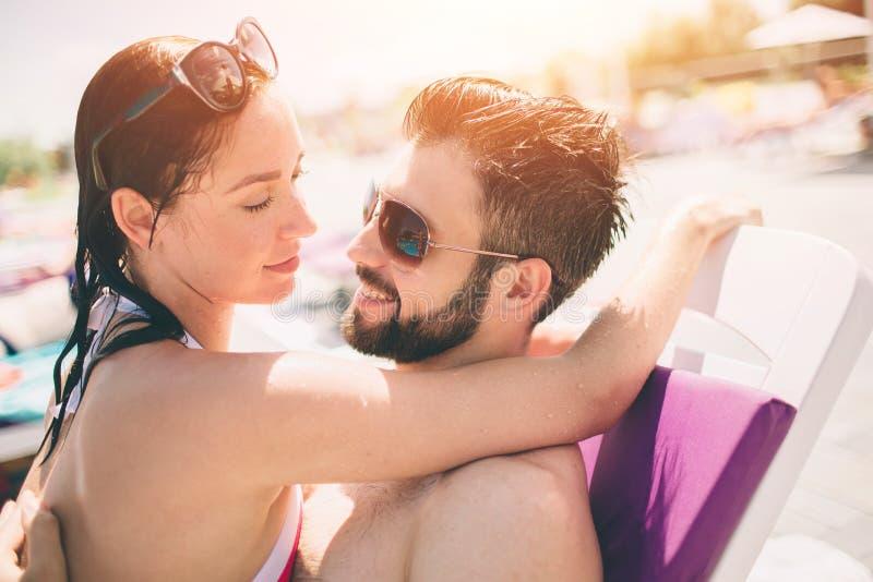 休息在手段的男朋友和女朋友 库存图片