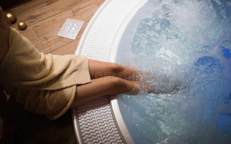 休息在极可意浴缸的手段的妇女 免版税库存照片