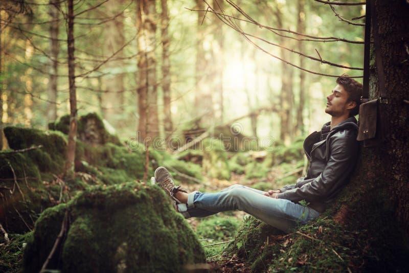 休息在森林的年轻人 库存照片