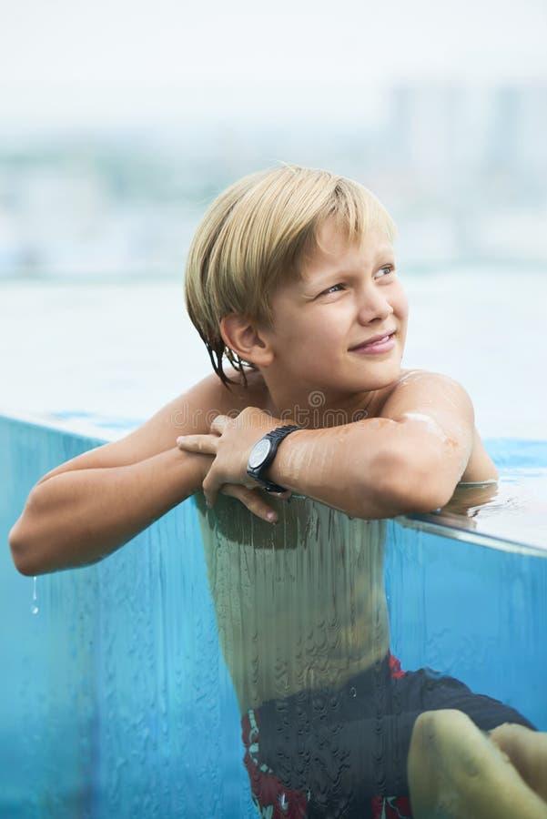 休息在水中的快乐的男孩 免版税图库摄影