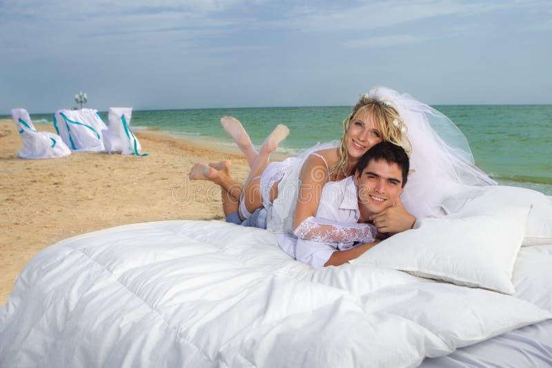 休息在河床上的新夫妇 免版税库存照片