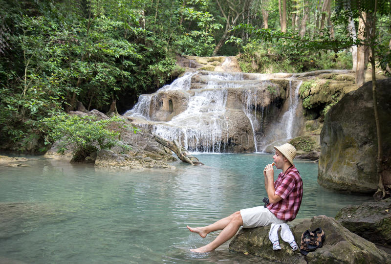 休息在瀑布附近的游人 免版税库存图片