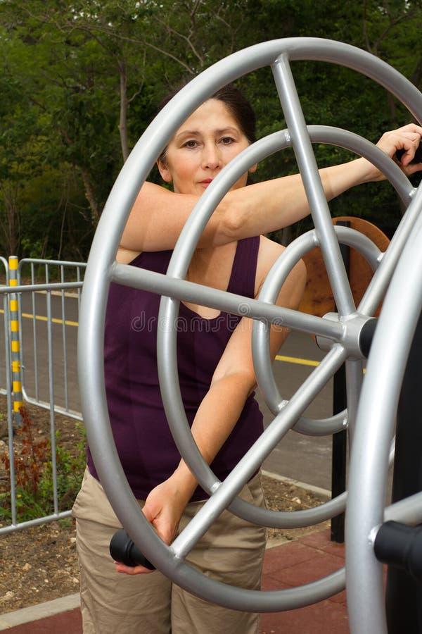 休息在锻炼以后的妇女户外 免版税库存图片