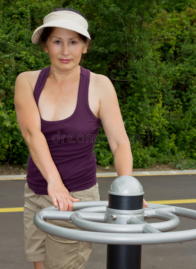 休息在锻炼以后的妇女户外 图库摄影