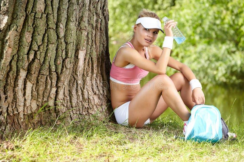 休息在锻炼以后的妇女 免版税图库摄影