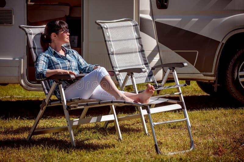 休息在motorhomes附近的妇女本质上 家庭度假旅行, 免版税图库摄影