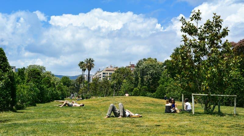 休息在Parc de la Ciutadella的人们在巴塞罗那,西班牙 免版税库存照片