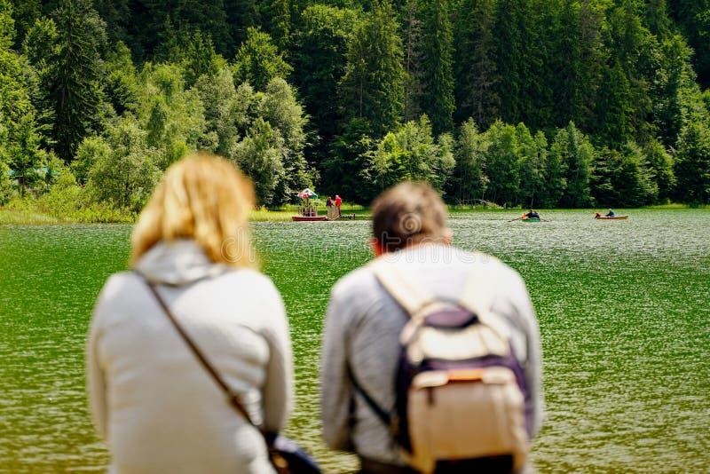 休息在Saint Anne湖附近的夫妇 库存照片