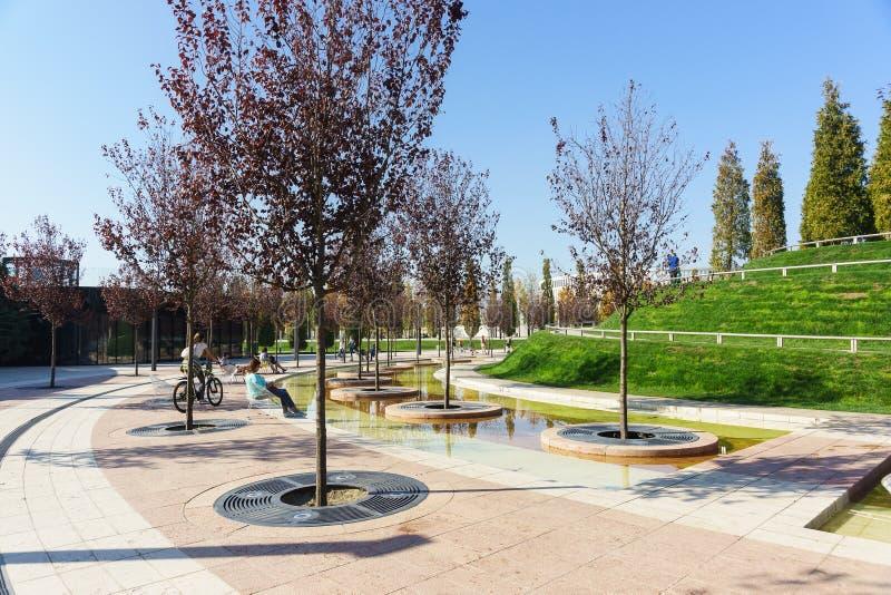 休息地方在新的现代城市公园的水区域,被建立牺牲俄国商人谢尔盖Galitsky 晴朗的a 库存照片