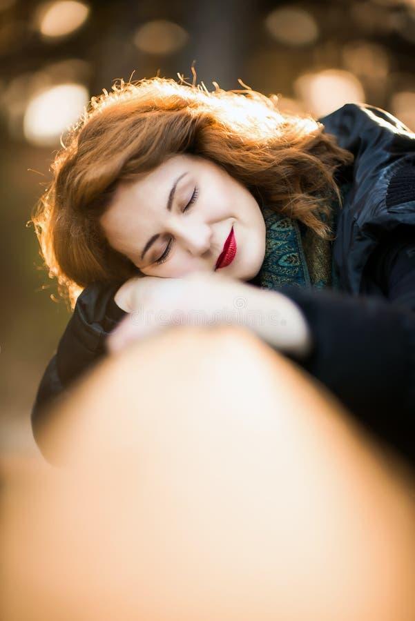 休息她头脑和天作梦的妇女 库存图片