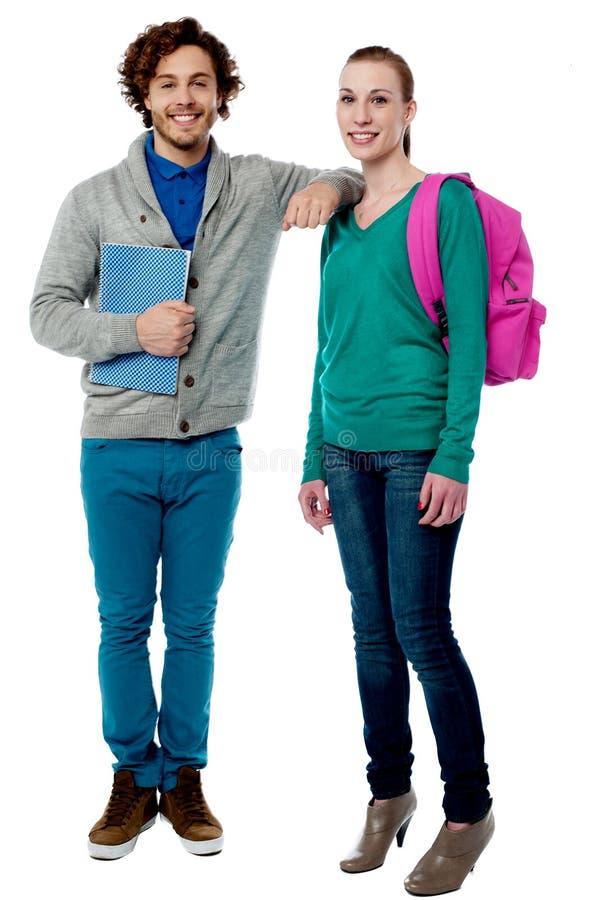 休息她的在同学肩膀的男孩胳膊 免版税库存照片