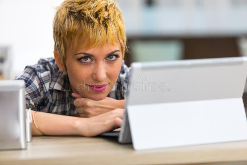 休息她的在她的手上的体贴的妇女下巴 免版税库存图片