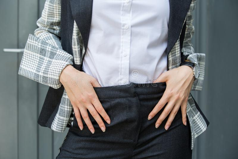 休息她的手佩带的西装和白色的妇女的图象 免版税库存照片