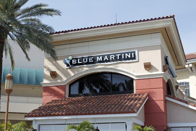 休息室和酒吧的蓝色马蒂尼鸡尾酒标志 库存照片