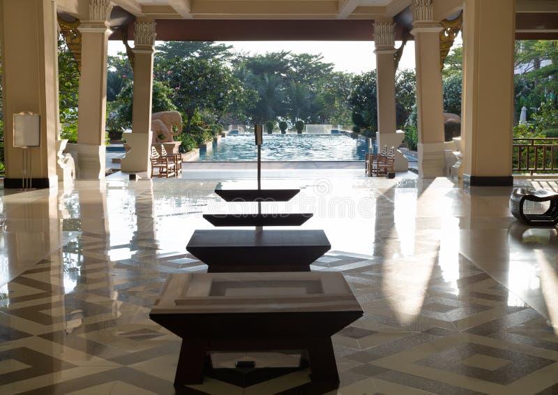 休息室有观点的棕榈树和游泳场 库存照片