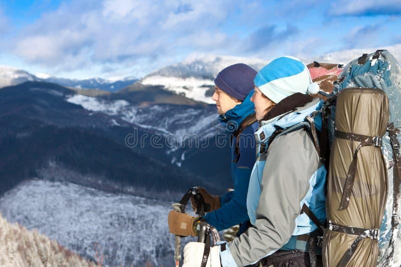 休息小组的远足者 免版税库存照片