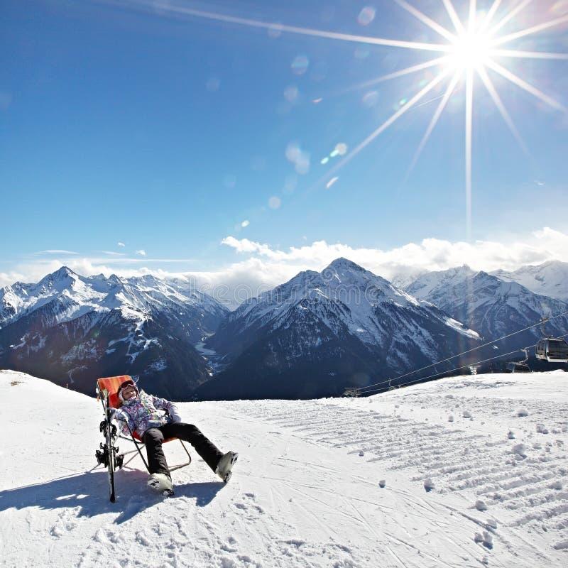 休息山滑雪胜地的-阿尔卑斯奥地利女孩 免版税库存照片