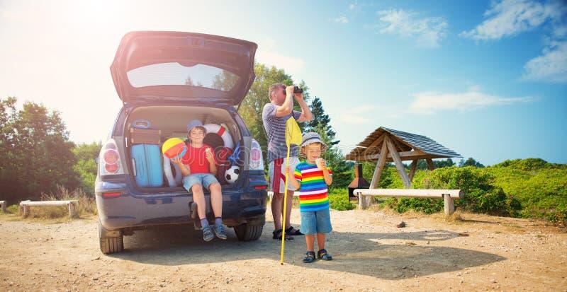 休息本质上的家庭在日落 图库摄影