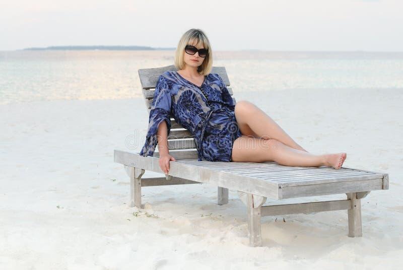 休息热带妇女的海滩 免版税库存图片