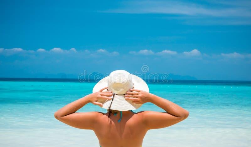 休息热带泰国海滩的草帽的妇女 库存图片